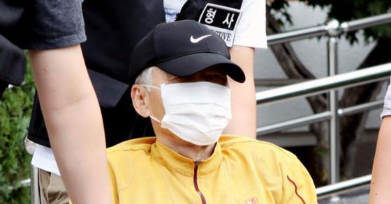 경북 봉화군 소천면사무소에서 엽총을 난사해 공무원 2명을 숨지게 한 혐의를 받고 있는 김씨(77)가 지난 8월 23일 오전 구속 전 피의자 심문(영장실질심사)을 받기 위해 안동경찰서에서 대구지법 안동지원으로 이동하고 있다 [뉴스1]