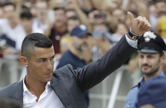 17일 이탈리아 유벤투스 입단 행사에 팬들의 환호에 답례하는 크리스티아누 호날두. [AP=연합뉴스]