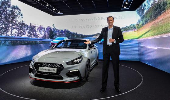 현대차 고성능사업부장 토마스 쉬미에라 부사장이 2일 프랑스 파리에서 열린 파리모터쇼에서 i30 패스트백N을 소개하고 있다. [사진 현대자동차]
