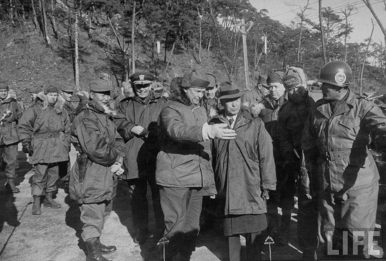 1952년 12월 방한한 미국 대통령 당선자 드와이트 아이젠하워가 경기도 광릉의 수도사단을 시찰하는 모습니다. 맨 앞줄 오른쪽부터 이승만 대통령 , 아이젠하워 당선인 , 백선엽 육군참모총장이다.아이젠하워 당선인은 한국전쟁 종식을 공약으로 내설고 당선했다. [중앙포토]