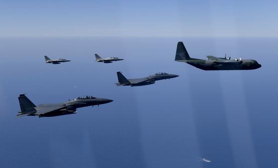 공군 F-15K와 FA-50 편대가 지난달 30일 64위 호국 영웅의 유해를 봉환하는 특별 수송기를 호위하고 있다. [공군 제공]