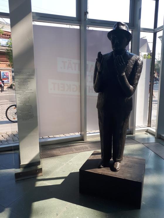 베를린에 있는 독일 연방노동조합연맹(DGB) 로비에는 독일의 노동운동사 한스 뵈클러의 동상이 있다. 한스 뵈클러는 2차 세계대전 이후 활동한 노동운동가로 독일에 노동이사제 도입을 처음 제안했다. 베를린=김도년 기자