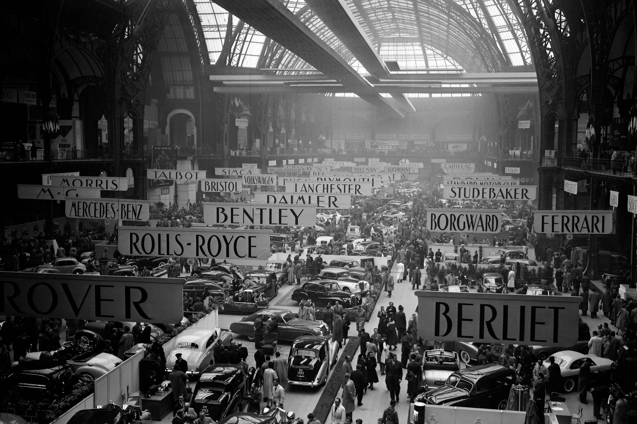 1952년 10월 2일 열린 '39회파리 국제모터쇼'. 페라리, 벤틀리, 벤츠 등 낯익은 자동차 브랜드가 즐비하다.2년마다 열리는 파리모터쇼는 제네바모터쇼,디트로이트모터쇼 등과 함께 세계 5대 모터쇼로 꼽힌다. [AFP=연합뉴스]