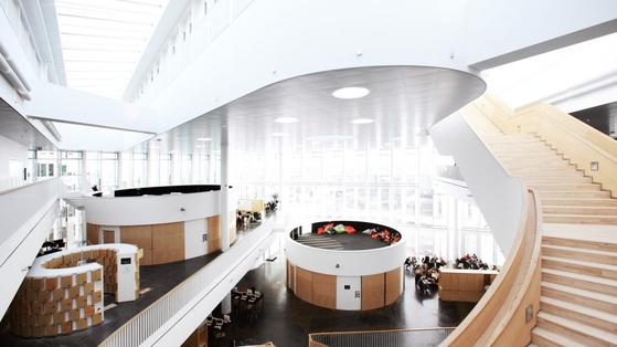 덴마크 코펜하겐에 있는 오레스타드 고교는 미래기술 적용에 대비해 교실 벽을 옮길 수 있도록 지어졌다. 일부 교실은 원통형이다. [사진 오레스타드 고교]