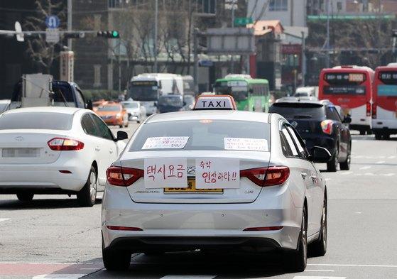 일부 택시 기사들이 지난 3월 택시 요금 인상을 요구하며 주행 시위를 벌이고 있다. [뉴스1]