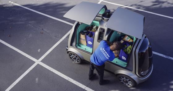 미국 대형마트 크로거는 자율주행차를 이용한 식료품 배달 서비스를 계획하고 있다. 지난 8월 애리조나주 피닉스에서 시범 운행하는 모습. 이번 시범 운행에는 안전을 위해 운전자가 탑승했지만 올 가을 2단계 시험에는 사람이 탑승하지 않을 예정이다.[AP=연합뉴스]