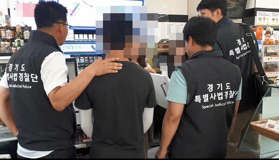 경기도특병사법경찰관들이 청소년에게 담배를 판 편의점을 적발하고 있다. [사진 경기도]