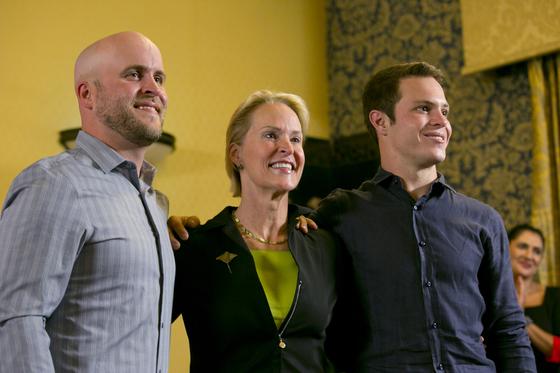 지난 3일(현지시간) 역대 다섯 번째 노벨 화학상 수상자로 선정된 프랜시스 아널드(가운데) 교수가 두 아들 조셉 랜지(왼쪽)와 제임스 베일리(오른쪽)와 함께 캘리포니아 공과대학(칼텍)에서 사진을 찍고 있다.[AP=연합뉴스]
