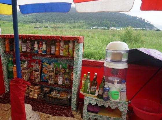 북한의 나진·선봉을 찾는 중국인들이 늘면서 이들을 대상으로 길가에서 음료수 등을 판매하는 매대가 생겼다. [사진 독자제공]