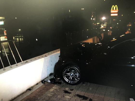 지난달 25일 오전 2시 25분쯤 부산 해운대구 중동 미포오거리에서 술에 취한 운전자가 BMW승용차로 횡단보도를 건너기 위해 길에 서 있던 보행자 2명을 치고 주유소 담벼락을 들이받았는 사고가 발생했다. [사진 부산경찰청 ·뉴스1]