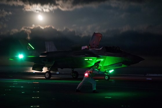 F-35 라이트닝 전폭기가 영국 퀸 엘리자베스 항공모함에서 첫 야간 비행을 준비하고 있다. [로이터=연합뉴스]