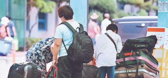 지난해 3월 중국 당국의 한한령(限韓令) 이후 중국 단체관광객은 줄고 취업을 노린 입국자는 증가했다. 사진은 한국에서 구입한 물건을 싣기 위해 인천항 국제여객터미널에서 대기 중인 중국 보따리상. [연합뉴스]
