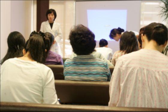 한 산부인과의 불임교실에 참가한 사람들. 세계보건기구(WHO)에 따르면 전 세계 가임 연령대 부부 가운데 약 12%가 불임 문제를 겪고 있다 한다. 최승식 기자