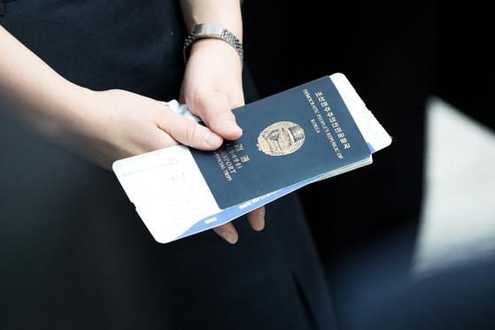 북한의 여권 사진. [뉴스1]