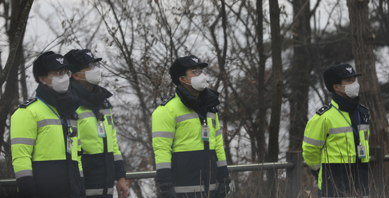미세먼지 차단을 위해 마스크를 쓰고 근무하는 경찰들. [연합뉴스]
