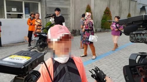 인도네시아 강진으로 실종된 한인 A씨의 어머니가 현지 인터뷰에 응하고 있다. [연합뉴스]