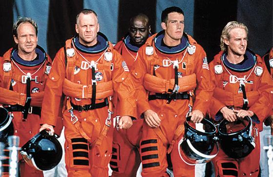SF 영화 아마겟돈에서 주인공들이 소행성을 파괴하기 위해 우주로 떠나고 있다.