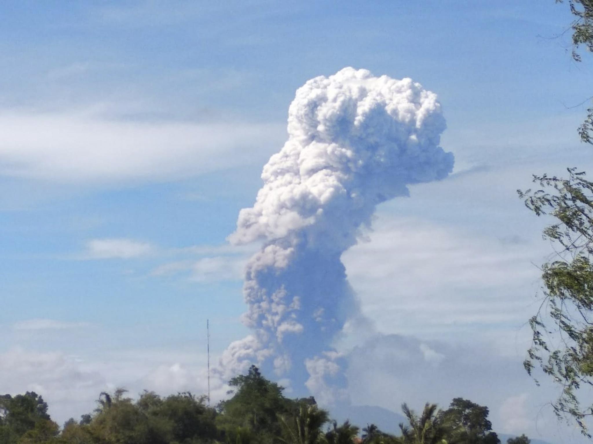 인도네사아 술라웨시 섬 북쪽의 소푸탄 화산이 3일(현지시간) 분화하고 있다. [EPA=연합뉴스]