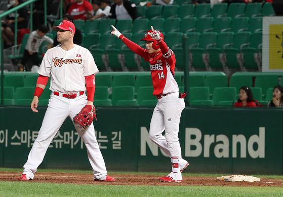 유재신(왼쪽)이 4일 인천 SK전에서 프로 첫 홈런을 만루홈런으로 장식한 뒤 환호하고 있다. [뉴스1]