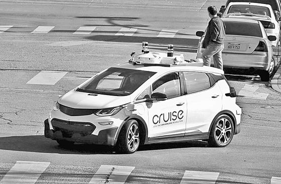 GM 자율주행차 자회사인 크루즈홀딩스가 개발 중인 쉐보레 볼트를 기반으로 한 자율주행차. 2017년 11월 캘리포니아에서 시험 주행하고 있다. [로이터=연합뉴스]