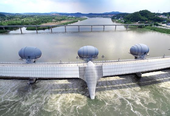 경기도 여주의 한강 이포보. 환경부는 4일 한강에서는 처음으로 이포보의 수문을 개방했다.[뉴스1]