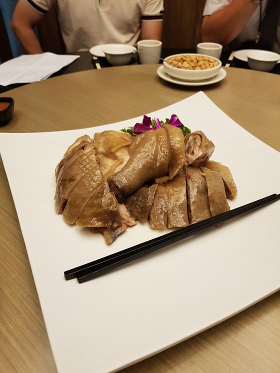 윤기가 흐르는 오리고기는 눈으로만 즐겨도 즐겁다. 타이완 타이베이 미슐랭 스타를 받은 레스토랑 金蓬萊餐廳. [사진 박상주]