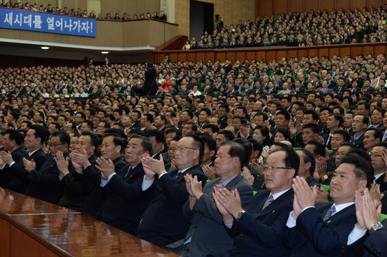 5일 평양 인문문화궁전에 열린 10.4 선언 11주년 기념 민족통일대회에서 참석자들이 박수치고 있다. 평양사진공동취재단