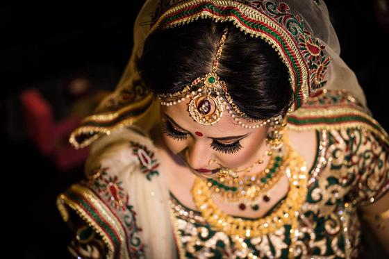 인도의 전통복장을 한 여인. 카스트 제도에서 상위 계급에 속한 여인들의 복장이다. 온갖 장신구가 무척 화려하다.