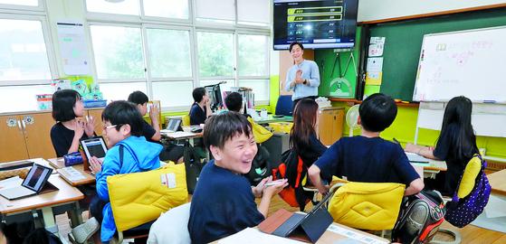 """대구 하빈초에서도 수학 수업에 태블릿을 쓰며 온라인 교육프로그램 '칸아카데미'를 활용한다. 문제를 풀면 자동 채점이 된다. 학생들은 '게임하듯 공부해 수학이 재미있다""""고 말했다. [송봉근 기자]"""
