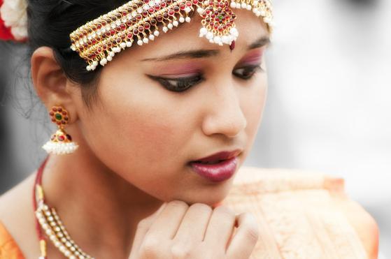 장신구로 치장한 인도의 여인. 브라만이나 크샤트리아 계급에 속한 인도인들은 아리안족이었다. 그들은 생김새부터 인도의 토착민인 드라비다족과 달랐다.
