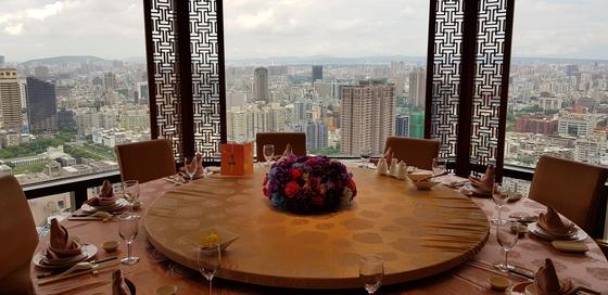 근사한 식당을 찾아다니는 미식여행은 '먹방'에 지친 현대인의 로망이다. 타이완 가오슝의 한 호텔 레스토랑. [사진 박상주]
