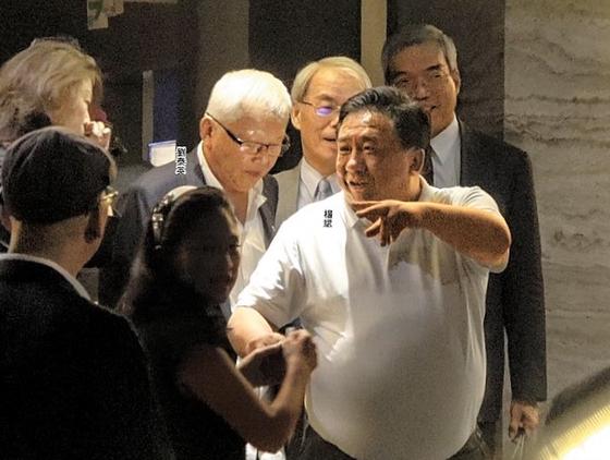 양빈 전 신의주 특구 행정장관이 1일 저녁 타이베이에서 대만 경제, 금융계 인사들과 식사를 한 뒤 식당을 나서고 있다. [사진 빈과일보]