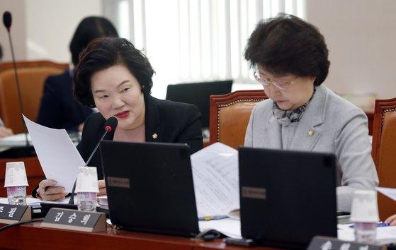 윤종필 자유한국당 의원(왼쪽)이 지난 2017년 국회 회의에서 질의하고 있다.[뉴스1]
