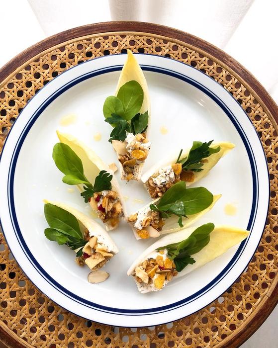 아삭한 엔다이브의 식감과 고소하게 씹히는 그래놀라의 조화가 일품인 샐러드. 입맛을 돋우는 에피타이저로 손색 없다. 유지연 기자