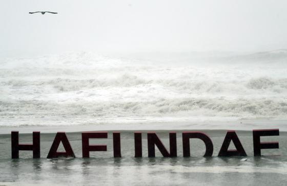 태풍 콩레이가 경남 통영에 상륙한 6일 오전 부산 해운대해수욕장 백사장이 해일에 잠겨 있다. [연합뉴스]