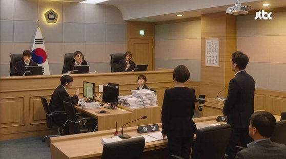 미스 함무라비의 한 장면. 민사소송은 분쟁이 있는 당사자가 권리를 주장하는 증거를 제시하면 판사가 판결하는 형태로 진행된다. 하지만 소송절차가 복잡해 제대로 싸워 보지도 못하고 지는 경우도 있다. [사진 JTBC]