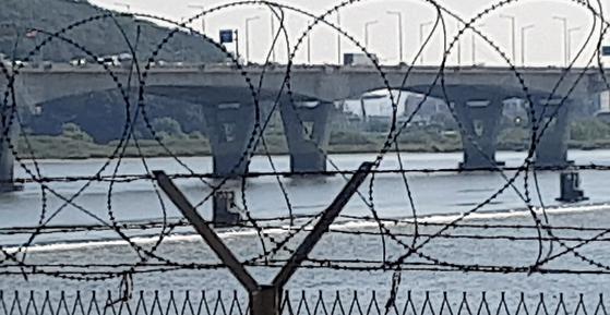 지난 3일 오후 경기도 고양시 자유로변에서 바라보이는 한강 신곡수중보. 150m 상류에 김포대교가 있다. 전익진 기자