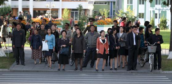 평양 주민들이 지난 6일 횡단보도에서 신호를 기다리고 있다. 평양사진공동취재단