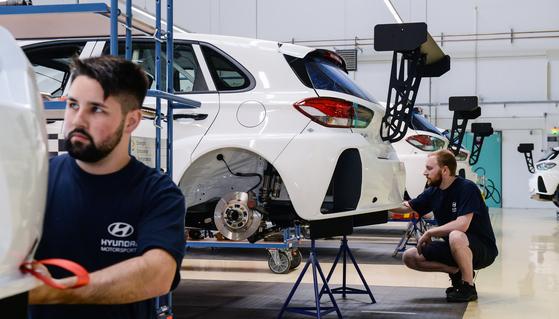 엔지니어들이 독일 알체나우 현대모터스포츠법인에서 경주용 차량을 제작하고 있다. [사진 현대자동차]