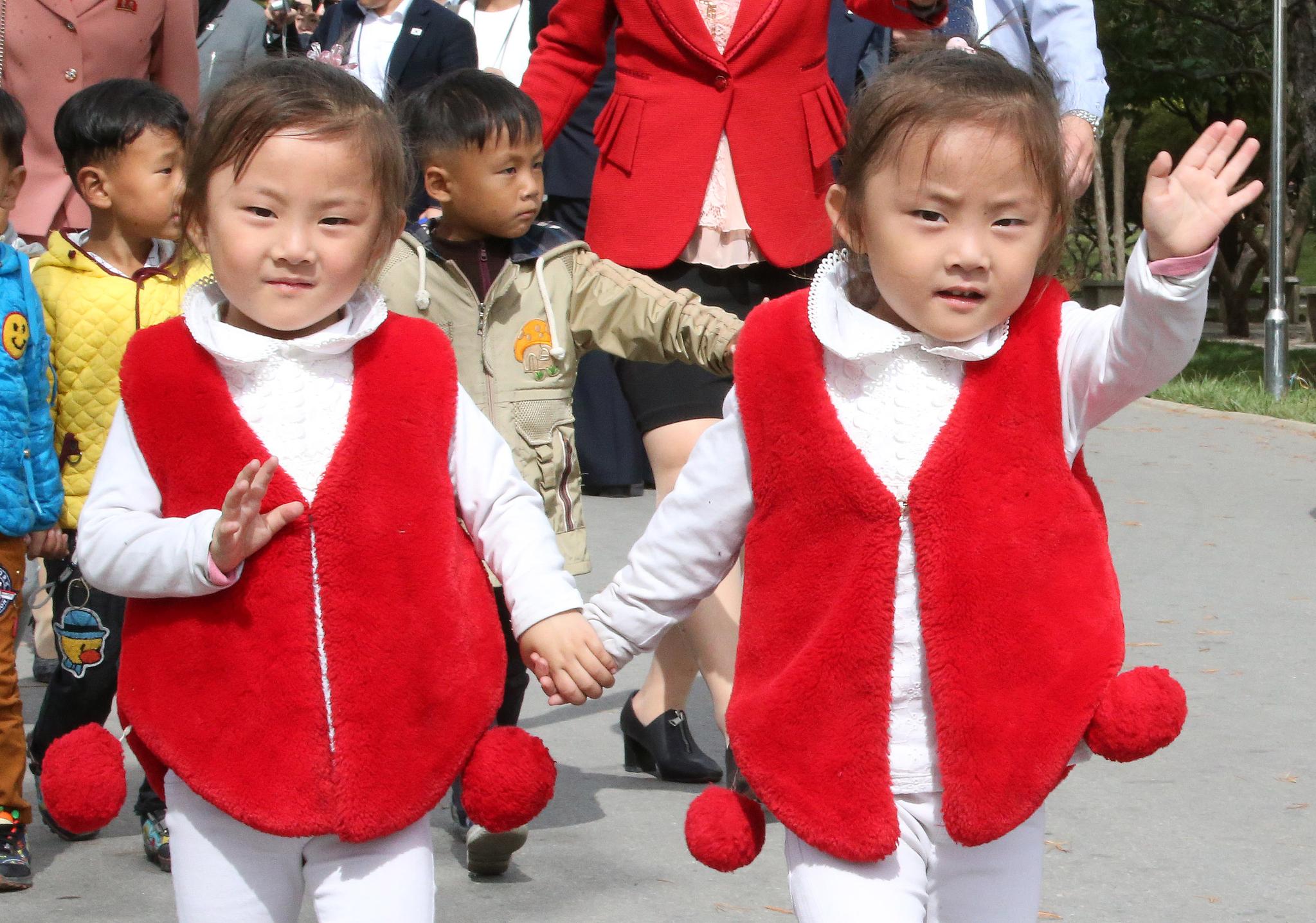 어린이들이 지난 6일 평양 중앙동물원에서 남측 취재진을 향해 손을 흔들고 있다. 평양사진공동취재단