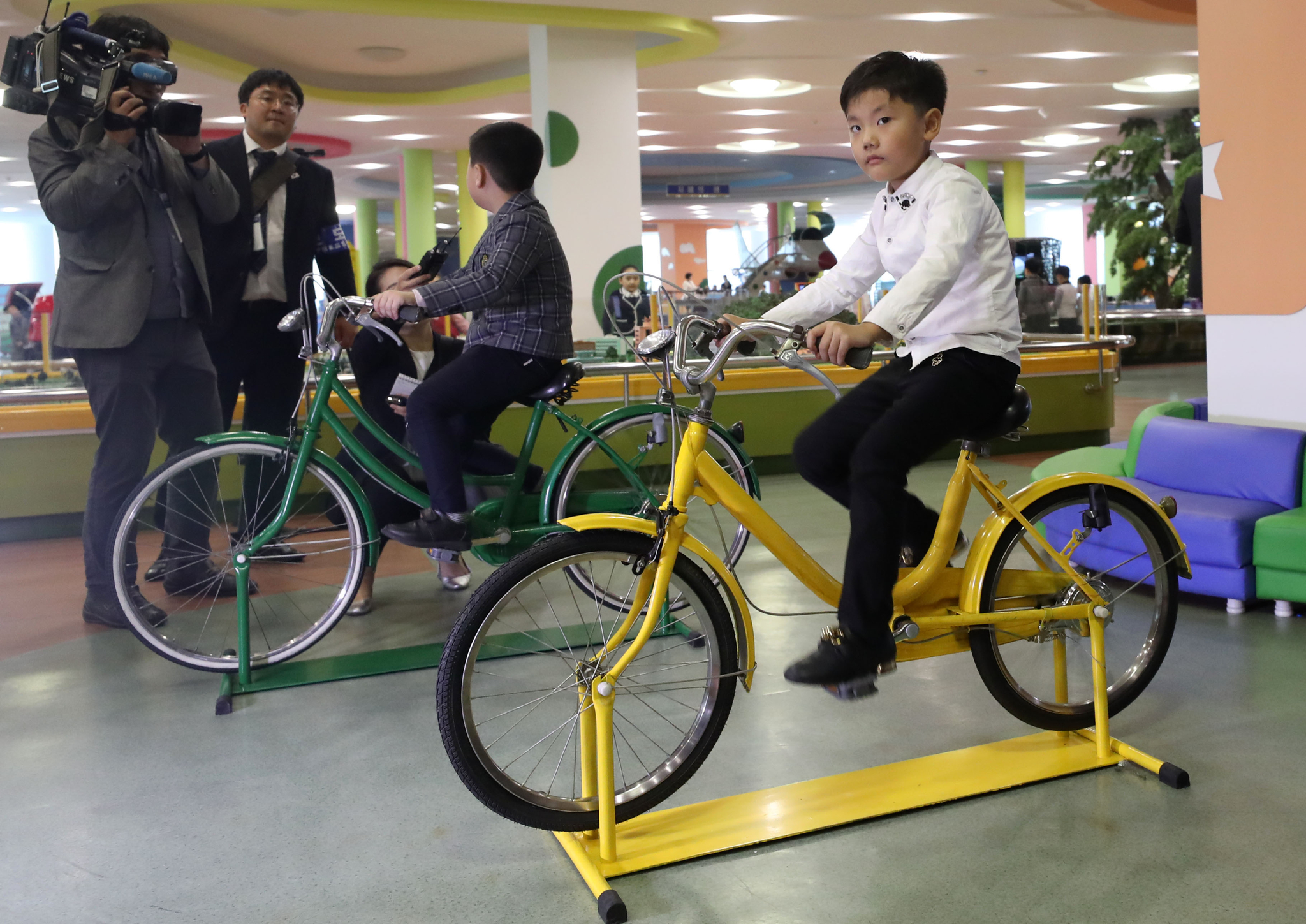 지난 4일 오후 평양 과학기술전당에서 평양 어린이들이 자전거를 타고 있다. 평양사진공동취재단