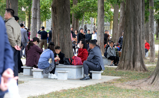 평양 주민들이 휴일인 지난 6일 중앙동물원을 찾아 시간을 보내고 있다. 평양사진공동취재단