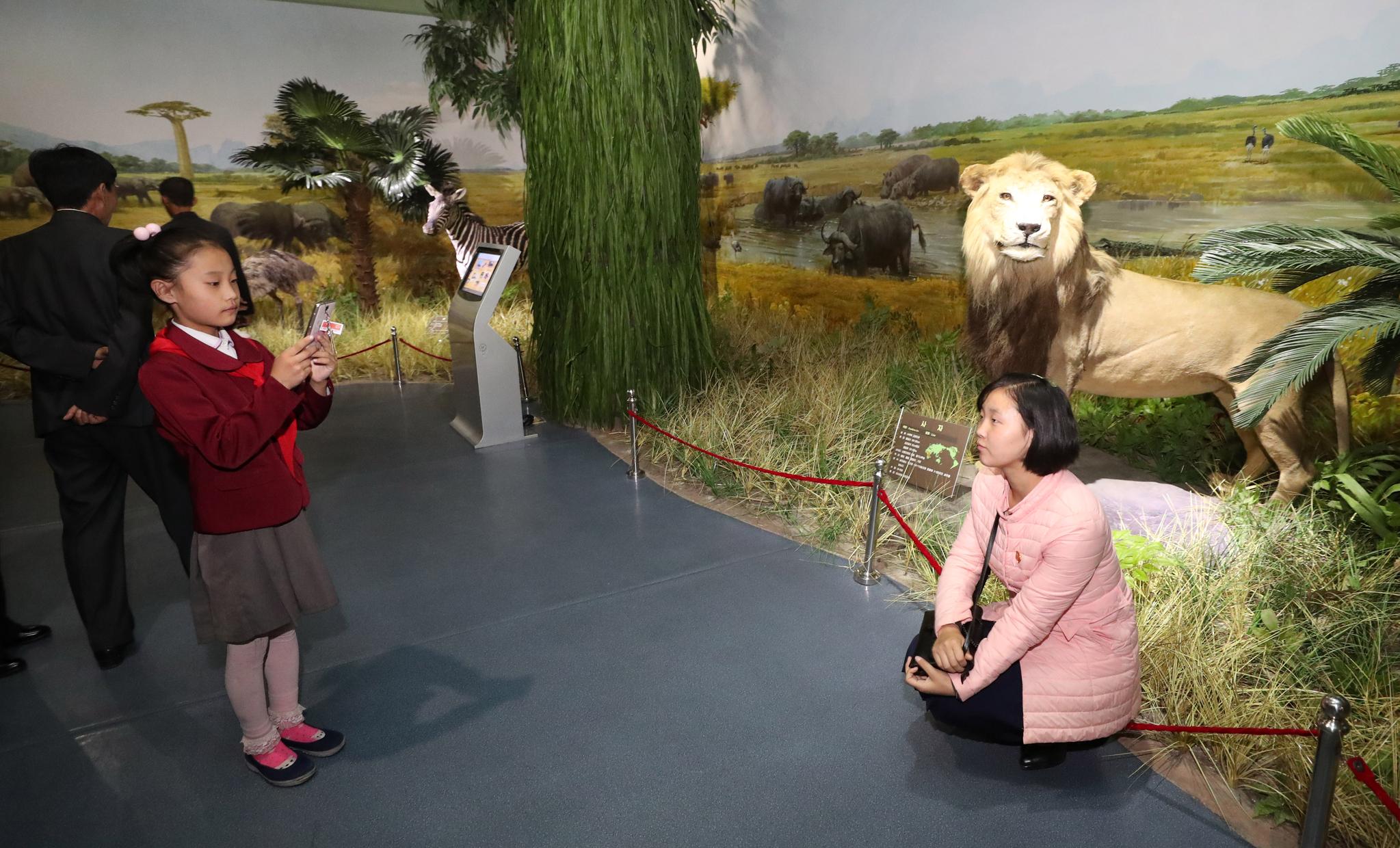 지난 6일 평양 중앙동물원을 찾은 엄마와 아이가 기념촬영을 하고 있다. 평양사진공동취재단