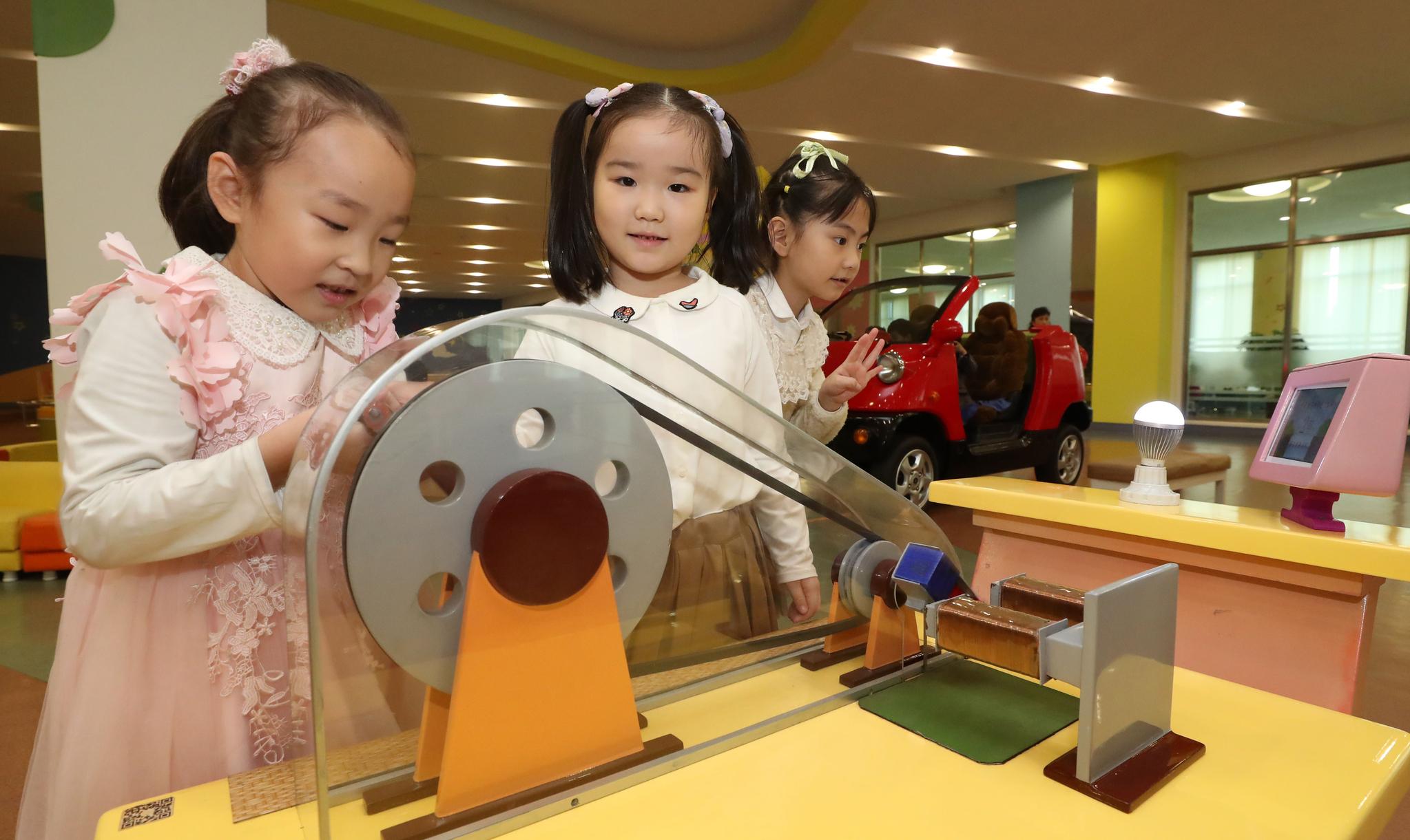 지난 4일 오후 평양 과학기술전당에서 평양 어린이들이 놀이를 하고 있다. 평양사진공동취재단