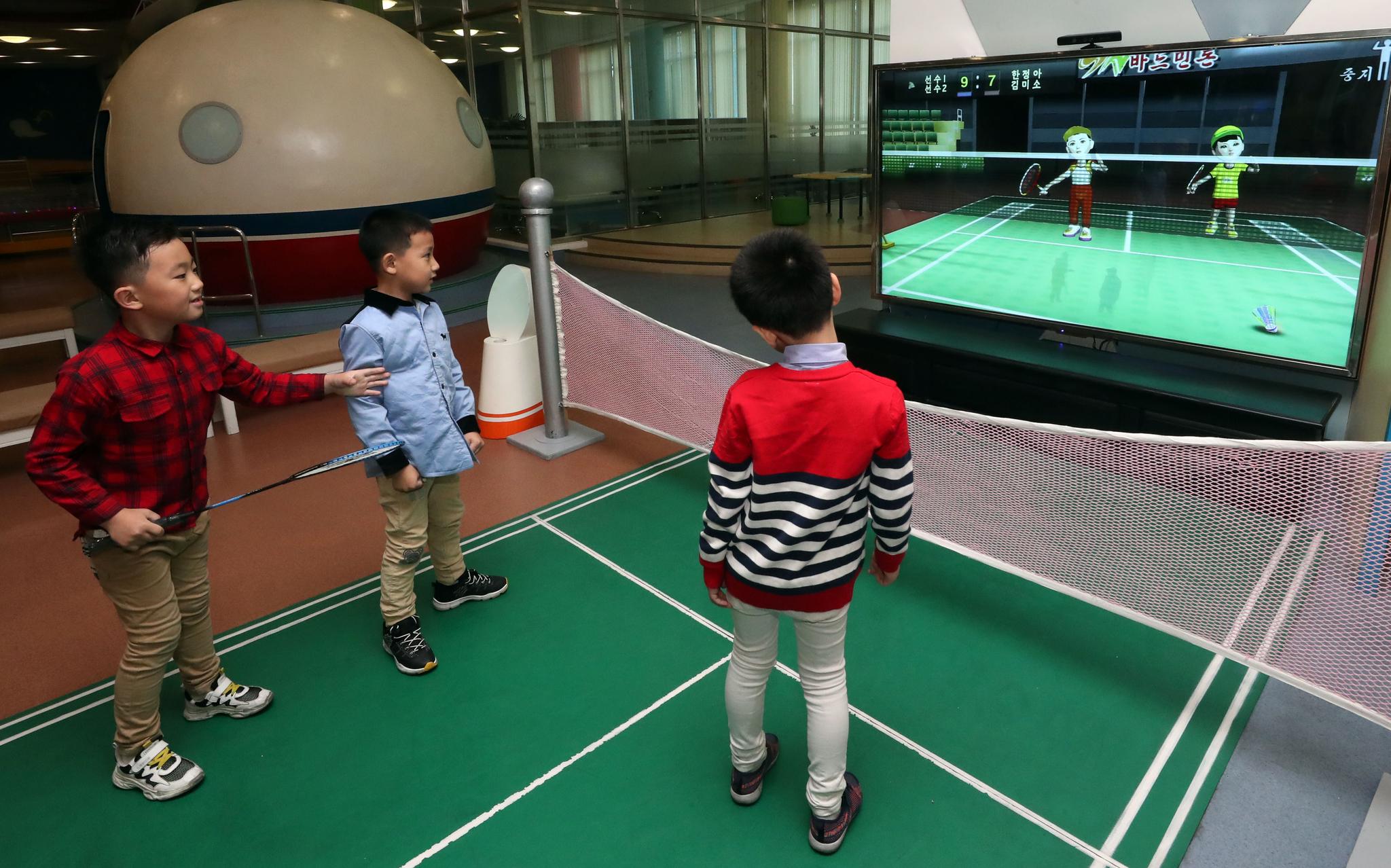 어린이들이 지난 4일 오후 평양 과학기술전당에서 바드민돈(베드민턴) 게임을 하고 있다. 평양사진공동취재단