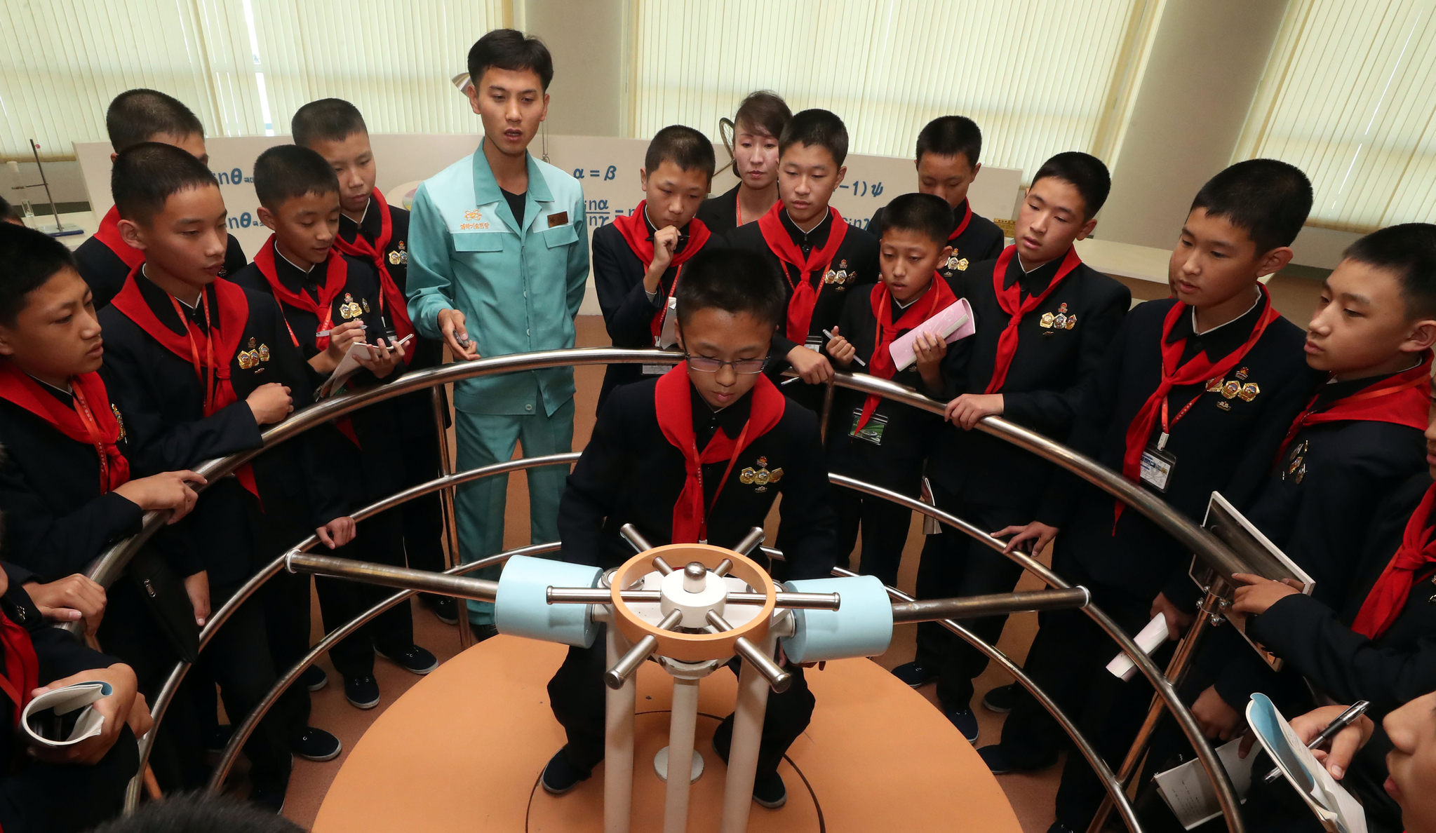 평양 학생들이 지난 4일 오후 평양 과학기술전당에서 체험학습을 하고 있다. 평양사진공동취재단