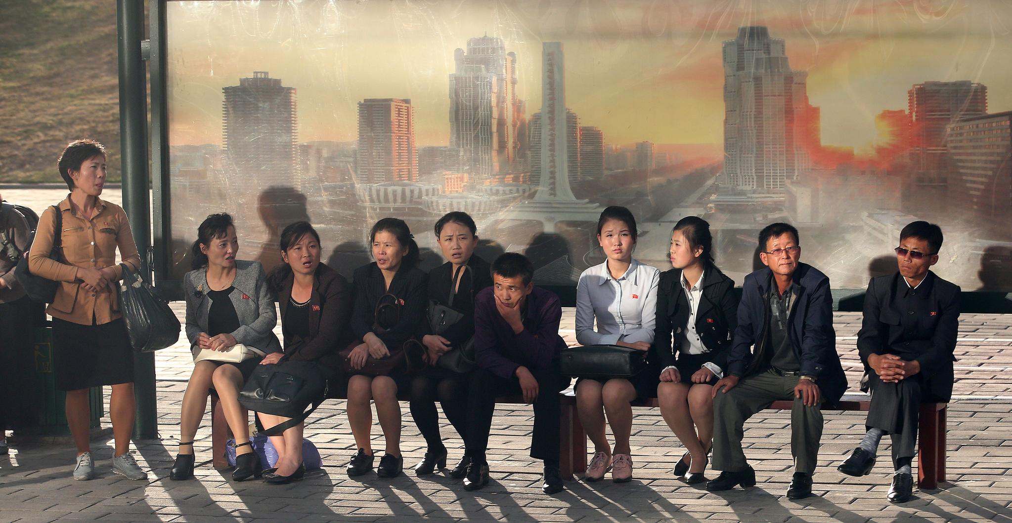 지난 6일 버스를 기다리는 평일 시민들. 평양사진공동취재단