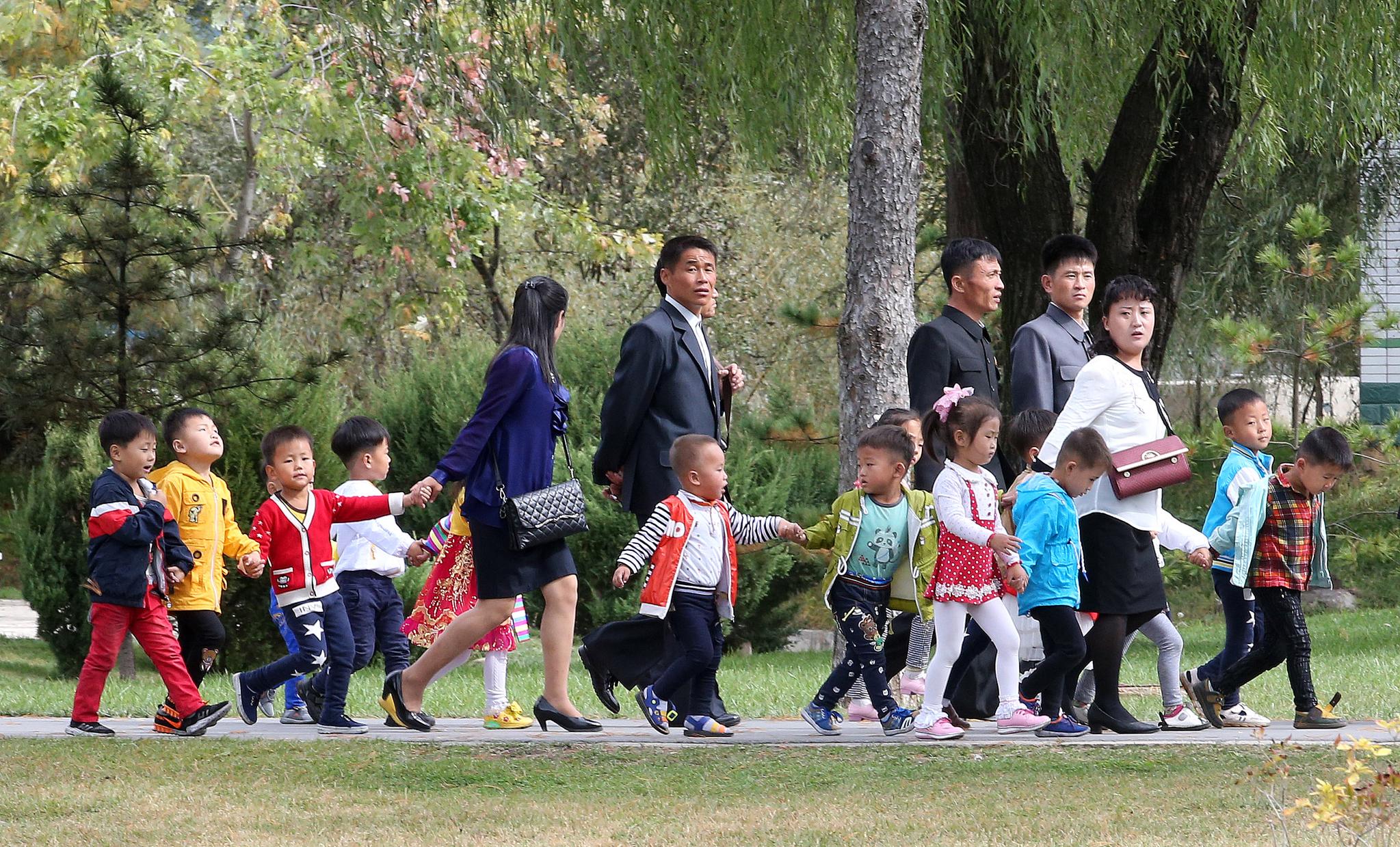 평양 어린이들이 지난 6일 평양 중앙동물원에서 선생님 손을 잡고 걸어가고 있다. 평양사진공동취재단