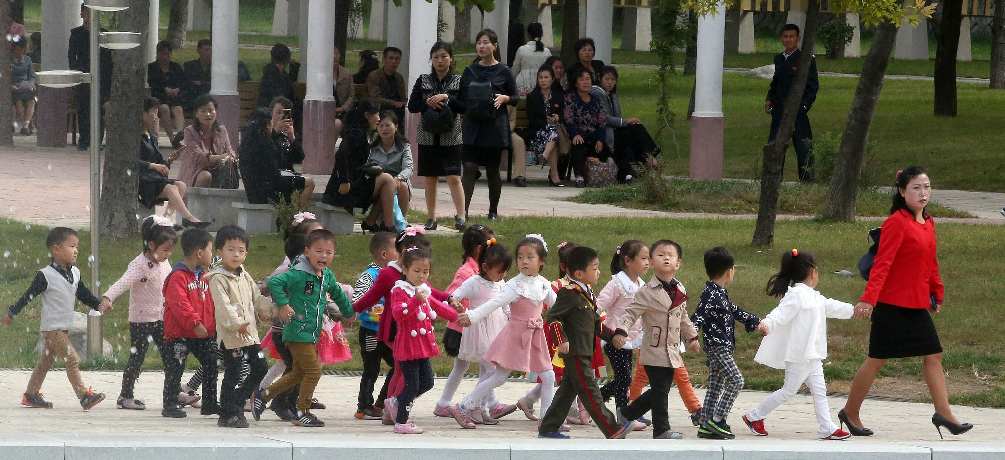 지난 6일 평양 중앙동물원을 찾은 어린이들이 선생님을 따라 손을 잡고 걸어가고 있다. 평양사진공동취재단