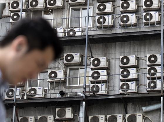 서울 중구의 한 건물에 에어컨 실외기가 걸려있다.[연합뉴스]